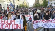 Angriff auf die Bildungsfreiheit: Tausende gehen für Soros-Uni auf die Straße