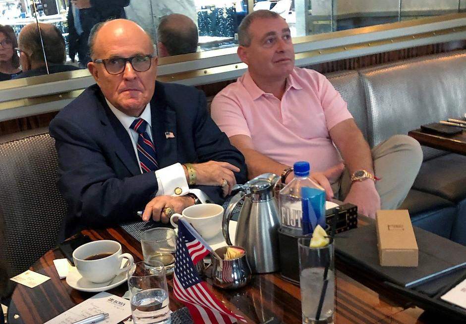 Parnas (r.) gilt als enger Geschäftspartner von Trumps Anwalt Rudy Giuliani (l.) Parnas war im Oktober zusammen mit seinem Geschäftsfreund Igor Fruman festgenommen worden, als beide sich möglicherweise absetzen wollten.
