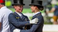 Deutsches Medaillen-Paar: Isabell Werth (l.) freut sich über Silber, Kristina Bröring-Sprehe über Bronze.