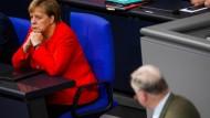 Die untergründige, beinharte, jeden Selbstwiderspruch überspielende Beharrlichkeit, mit der Merkel ihre Spur in einer gewandelten Konstellation hält, macht sie zur Geisterfahrerin.