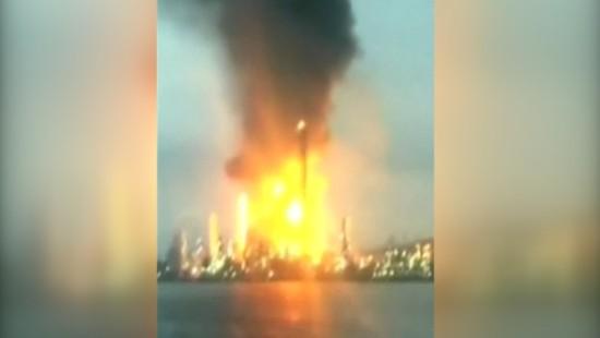 Feuer wütet in Ölraffinerie