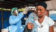 Erst kam die Krankheit, dann die Gewalt: Eine junge Frau wird in Freetown, Sierra Leone untersucht.