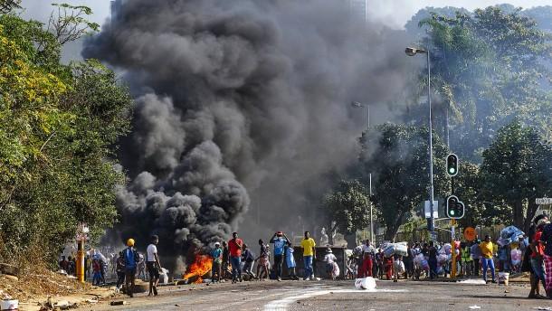 Geplünderte Supermärkte, brennende Barrikaden