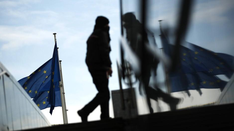 Eine Fußgängerin nahe des EU-Hauptquartiers in Brüssel.