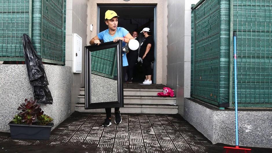 Szene vom frühen Nachmittag: Menschen tragen ihr Hab und Gut aus den gefährdeten Wohnungen.