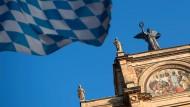 Die blau-weiße Bayernflagge weht vor dem Münchner Landtagsgebäude.