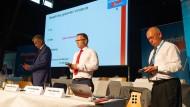 Thomas Röckemann, Landesvorsitzender der NRW-AfD, und die stellvertretenden Sprecher Christian Blex und Jürgen Spenrath (v.l.n.r.) stimmen über die Abwahl des gesamten Vorstandes ab.