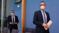Jens Spahn (rechts), Bundesminister für Gesundheit, und Lothar Wieler, Präsident des Robert-Koch-Instituts, geben eine Pressekonferenz zur Corona-Lage.