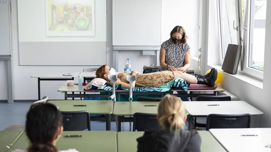 Freiwillige vor: Michaela Brands zeigt an einer Schülerin der Main-Taunus-Schule in Hofheim, wie Physiotherapeuten arbeiten.
