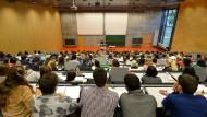 Studenten sitzen während einer Vorlesung in einem Hörsaal der Universität Potsdam.