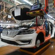 Fahrzeugbauer arbeiten in einer Werkshalle in Schanghai an einer Produktionslinie von SAIC Volkswagen.