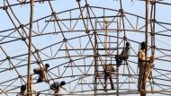 Die Konstruktionsvielfalt der Weltgeschichte: Indische Arbeiter errichten Gerüste für eine Handelsmesse in Mumbai
