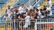 Böse Begleiterscheinung beim Fußball in Brasilien: prügelnde Zuschauer auf der Tribüne