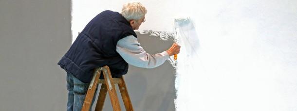 Weiße Haare, weiße Wand.