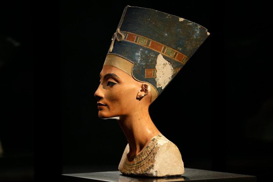 Ihr hundertjähriges Ausgrabungsjubiläum ist der Anlass der Ausstellung: Die weltberühmte Büste der Nofretete