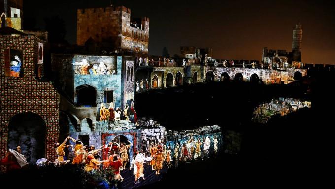 Video starten          Mauern als Leinwand: Lichtspektakel erzählt Geschichte