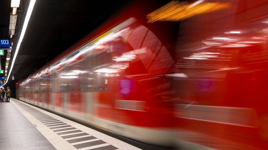 Durch einen Personenschaden kommt es derzeit bei der S-Bahn-Linie 5 zu Ausfällen. (Symbolbild)