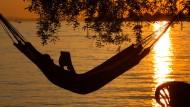 Entspannung statt Arbeit: Trotzdem ihr Unternehmen sie auffordert, zur Arbeit zu kommen, verlängert eine Arbeitnehmerin ihren Urlaub eigenständig.