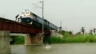 Jungen retten sich in letzter Sekunde vor fahrendem Zug