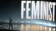 """Hier steht sie und zwar für eine gute Sache: Bei den """"MTV Video Music Awards"""" im August präsentierte sich Beyoncé als frauenbewegt"""