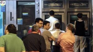Griechen vor den Geldautomaten