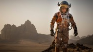 """Schauspieler Matt Damon muss im Kinofilm """"Der Marsianer"""" als Astronaut auf dem Mars ums Überleben kämpfen."""