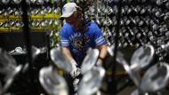 Handarbeit: Ein Mitarbeiter bereitet Mixerteile für die Lackierung vor.