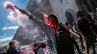Demonstranten verschiedener sozialer Gruppen marschieren durch die Hauptstadt Ecuadors, um gegen die Maßnahmen der Regierung zu protestieren.