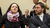 War es wirklich nur ein Trio? Beate Zschäpe und ihr Verteidiger am 9. November im Münchner Gericht.
