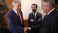 Frankreichs Außenminister (rechts) besucht Israels Premier Netanjahu (links) –  letzterer lässt ihn vorerst abblitzen.