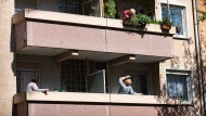 Mieter in einer Wohnung in Frankfurt. Auch in der Main-Metropole sind die Mieten und Hauspreise in den vergangenen Jahren rasant gestiegen.