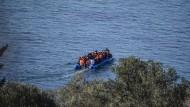 Bald Vergangenheit?: Syrische Flüchtlinge versuchen in einem Schlauchboot von der türkischen Küste aus die griechische Insel Lesbos zu erreichen.