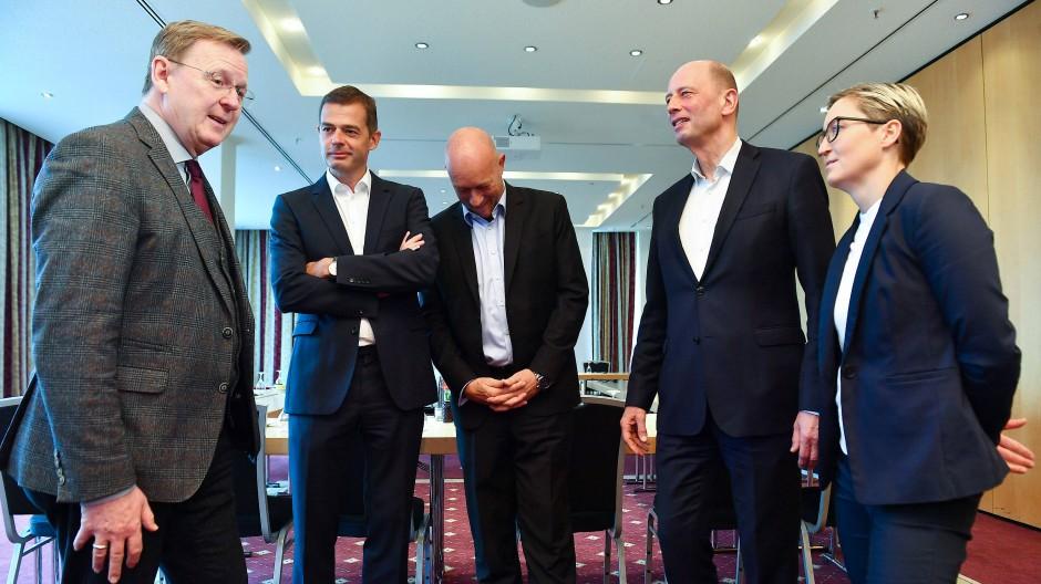 Vor der umstrittenen Wahl: Mitte Januar traf sich Bodo Ramelow (Linke, v.l.) mit Mike Mohring (CDU), Thomas Kemmerich (FDP), Wolfgang Tiefensee (SPD) und Susanne Hennig-Wellsow (Linke) in einem Erfurter Hotel zu Gesprächen.