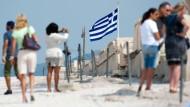 Touristen besuchen die Akropolis in Athen.