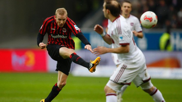 Eintracht Frankfurt's Rode shoots past FC Nuernberg's Pinola during their German first division Bundesliga soccer match in Frankfurt