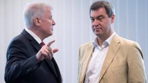 CSU lobt Selbstkritik Merkels, beharrt aber auf Forderungen
