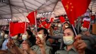 Zuschauer in einem Stadion in Peking am Montag