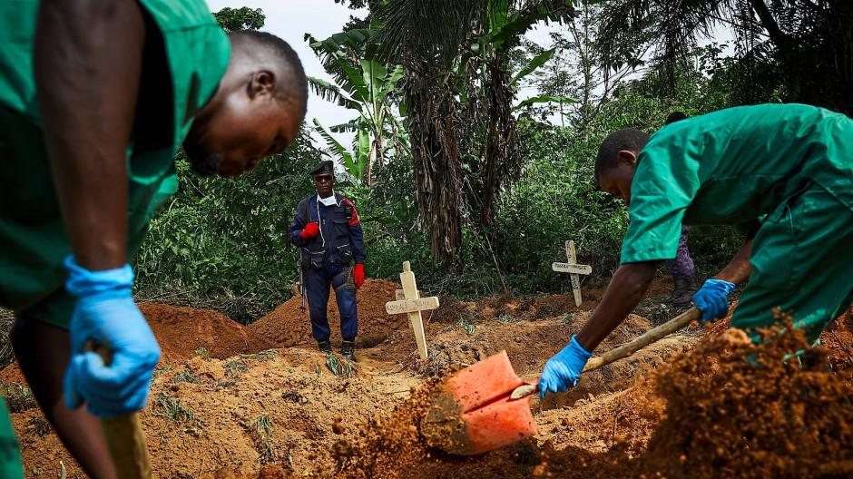 Keine Chance: In Beni beerdigen Helfer ein Kleinkind, das am Ebola-Fieber gestorben ist. Noch immer verläuft die Viruserkrankung häufig tödlich.