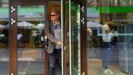 Ein Mann verlässt eine OTP-Bankfiliale in Budapest. Die OTP-Bank ist einer der Index-Aufsteiger.