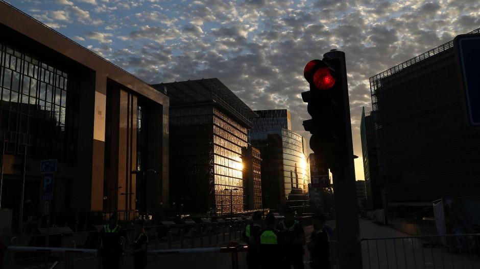 Eine rote Ampel vor dem Europäischen Rat in Brüssel: Künftig soll es ein einheitliches Warnsystem für Europa geben.