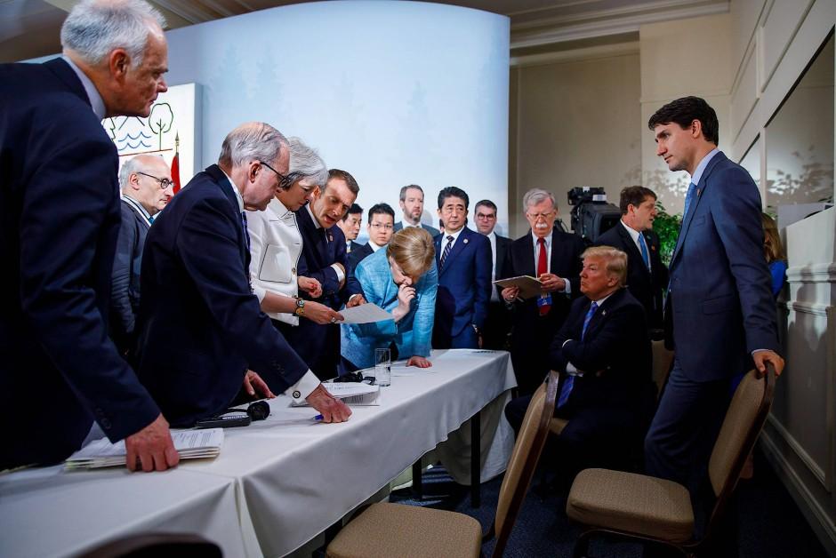 Auf anderen Bildern, die die Gesprächsrunde nur Sekunden zuvor und danach zeigen, ist Trudeau zu sehen.