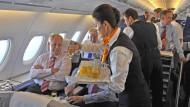 Gibt's Sekt? Auf jeden Fall werden hier Getränke an Business-Class-Passagiere verteilt.