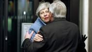May und Juncker begrüßen sich in Straßburg. War das Treffen mehr als nur schöner Schein nach außen?