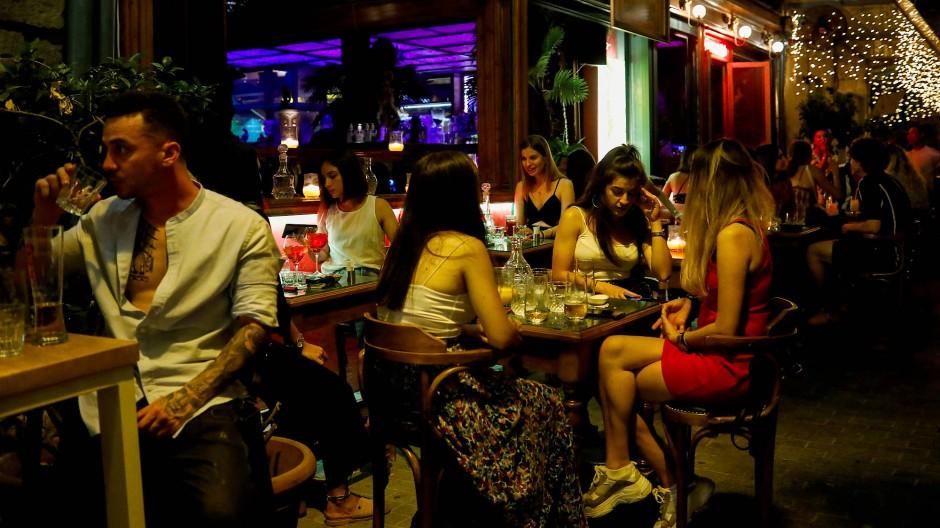Menschen in einer Bar auf Mykonos – jetzt stehen der Insel erstmal ein paar ruhigere Nächte bevor.
