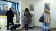 Commerzbank-Filiale in Berlin: Für immer mehr Sparer sind Aktien die Alternative zu Niedrigzinsen.