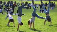 Schüler feiern in Frankfurt das Ende der schriftlichen Abiturprüfungen: Ob die Freude auch am Tag, als die Noten kamen, noch genauso groß war?