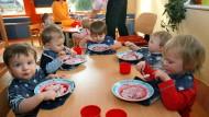 Sie löffeln die Suppe aus: Kinder. Ihren Familien lässt der deutsche Staat rund 123 Milliarden Euro zukommen, trotzdem werden es immer weniger