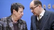 """Das Streit um das """"Ja"""" der deutschen Regierung zur Verlängerung des Pflanzenschutzmittels Glyphosat sorgt gerade für dicke Luft in Berlin."""
