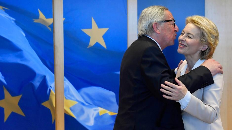 Ein Küsschen links, ein Küsschen rechts: Der alte Kommissionspräsident Jean-Claude Juncker wünscht seiner Nachfolgerin Ursula von der Leyen alles Gute.