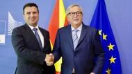Zoran Zaev (links), Ministerpräsident von Nordmazedonien, wartet sehnlichst auf eine positive Rückmeldung von der EU und Jean-Claude Juncker.